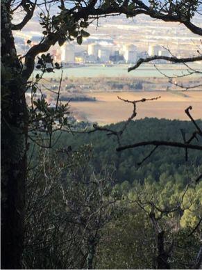 Vers l'entrée de la Baume, vue sur le complexe du Tricastin