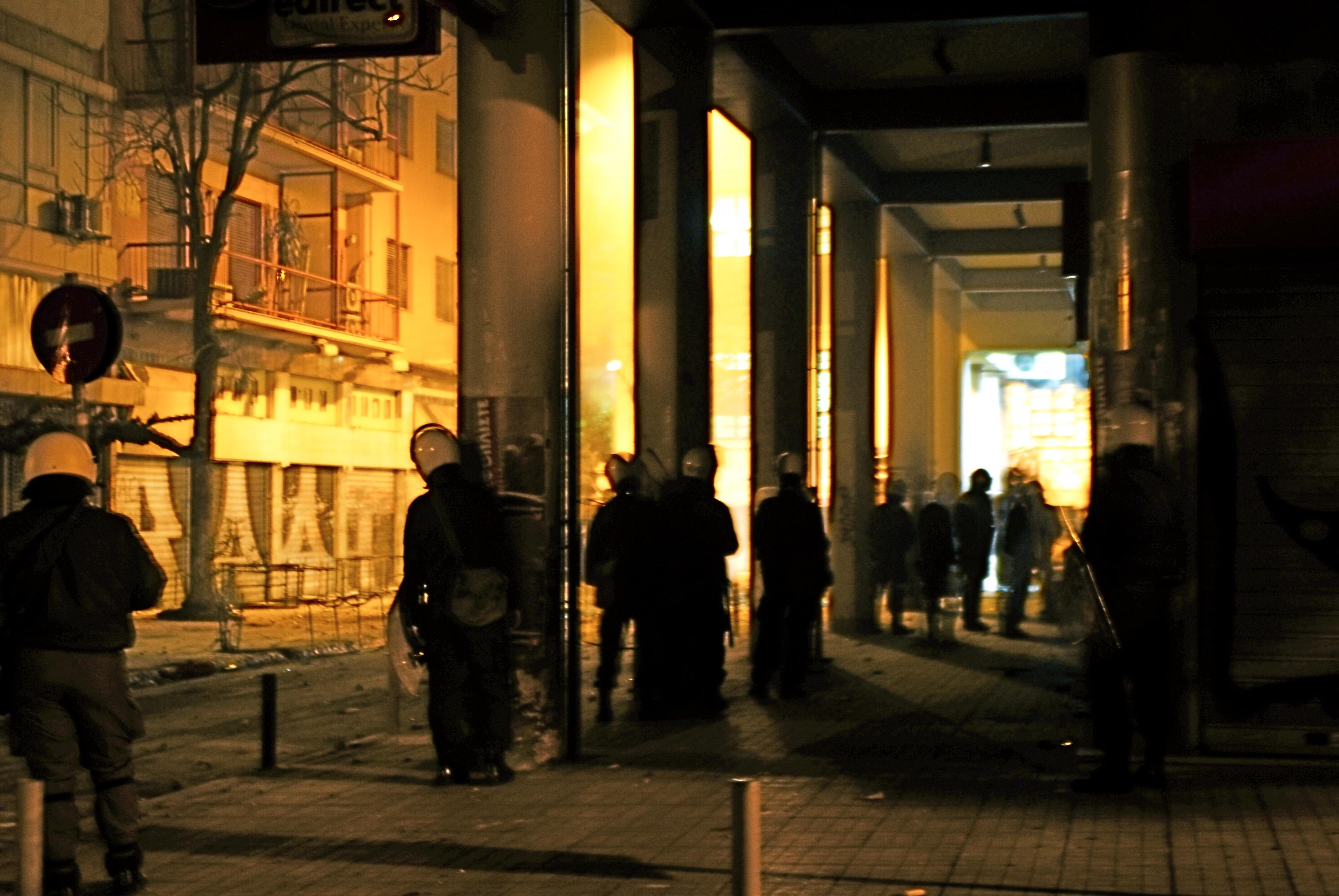 Foto di Valentina Perniciaro _Alba di domenica 21 dicembre 2008. I reparti speciali continuano ad assediare il Politecnico.L'aria ormai è satura di polveri asfissianti, loro attaccano con le granate ma anche con i sassi che raccolgono dalla strada. Il Politecnico,asfissiato, reagisce anche dal tetto con i lanci e la musica ad alto volume.