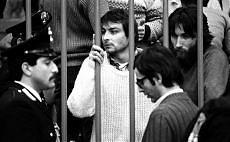 Cesare Battisti durante un processo