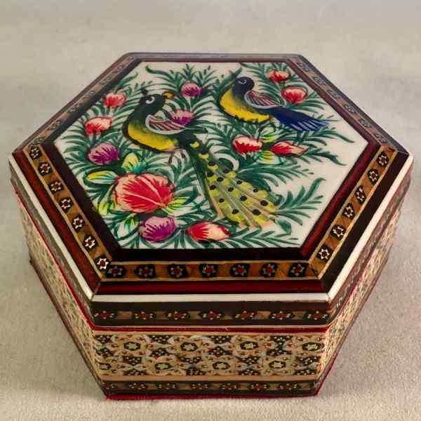 Hexagonale Schmuck-Schatulle im persischen Khatam-Stil mit Vogel-Motiv auf dem Deckel