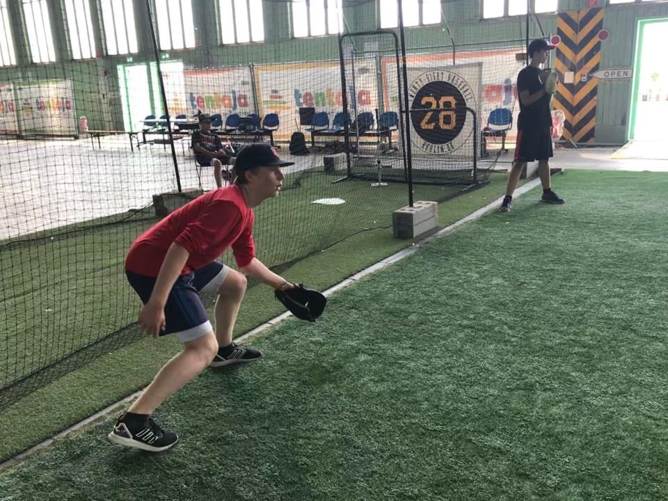 Training mit 28 Baseball im Hangar 1