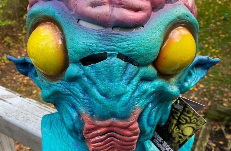 MONSTROUS MASK REVIEWS: The Monitor by Trick or Treat Studios