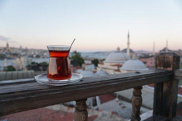 الشاي التركي في كؤوس خاصة به