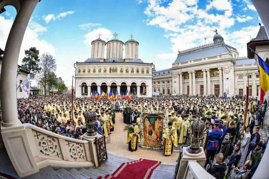 Patriarch Daniel welcomes faithful at the traditional Palm Sunday Procession in Bucharest 2017
