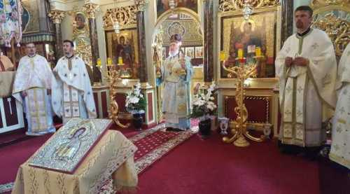 IPS Timotei slujind în parohia Mândruloc (1)