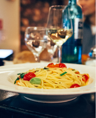 Pasta mit Gambas, lauch und Tomaten in Weißweinsud