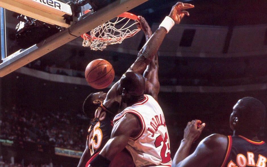【影片】太狂了!籃球之神用閉眼罰籃的方式歡迎新秀Mutombo