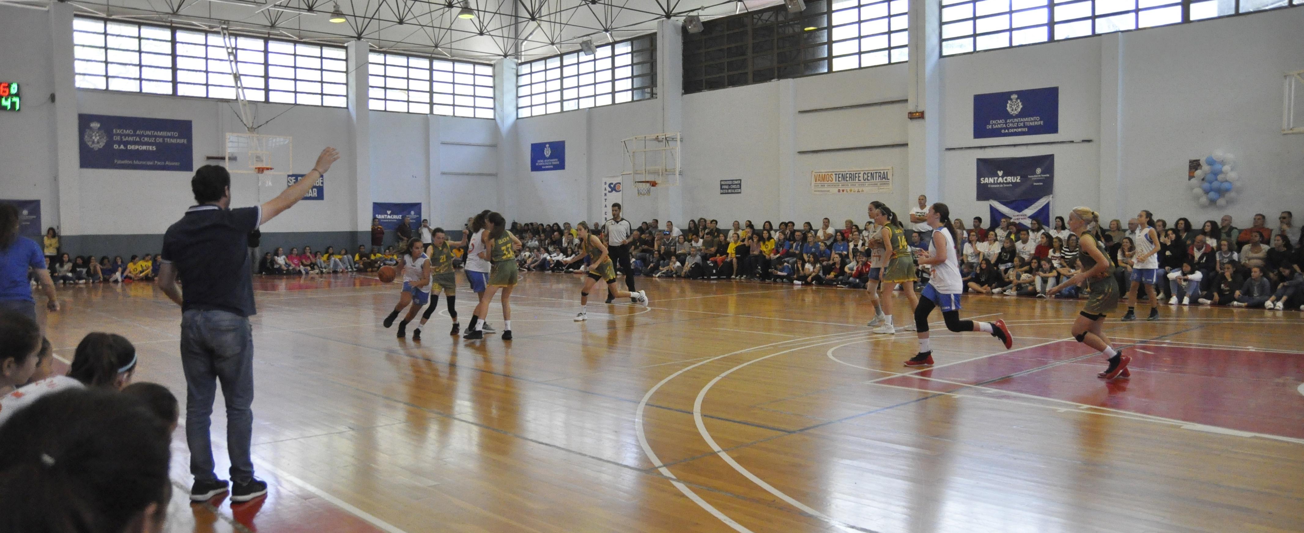 El Pabellón Paco Álvarez vive una gran fiesta del baloncesto femenino de formación con lleno absoluto