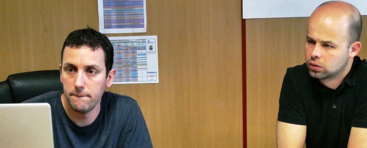 Popiolek, director técnico de la selección de Polonia, estudia el sistema de trabajo del Cantera Base 1939 Canarias