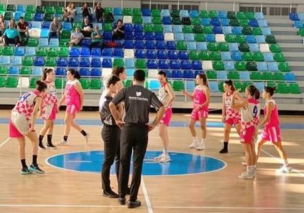 El Clarinos quiso jugar de rosa contra el Aikitas y jugó con camiseta de calentamiento