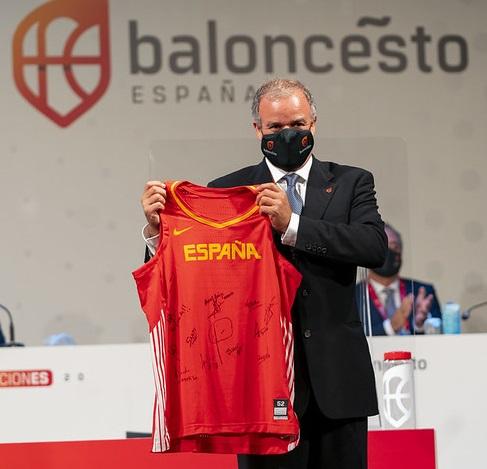 La FEB homenajeó a Manolo Gómez en el momento de su despedida