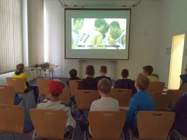 Elf Nachwuchs-Baskets trafen sich in den Räumen der VHS zum Public Viewing der Europameisterschaft.