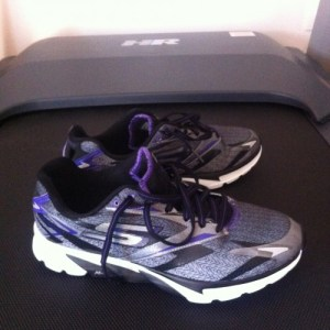 baskets Skechers sur tapis de course