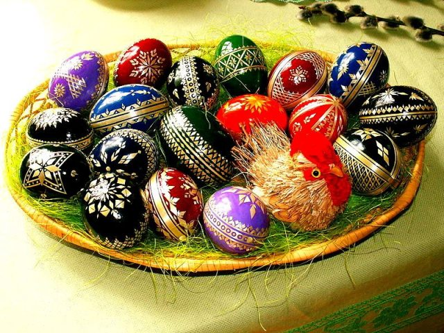 800px-Easter_eggs_-_straw_decorationCzech