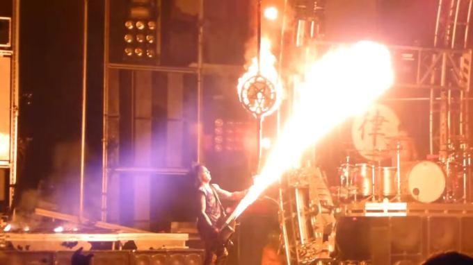 火炎放射ができるファイヤーベースでノリノリ演奏