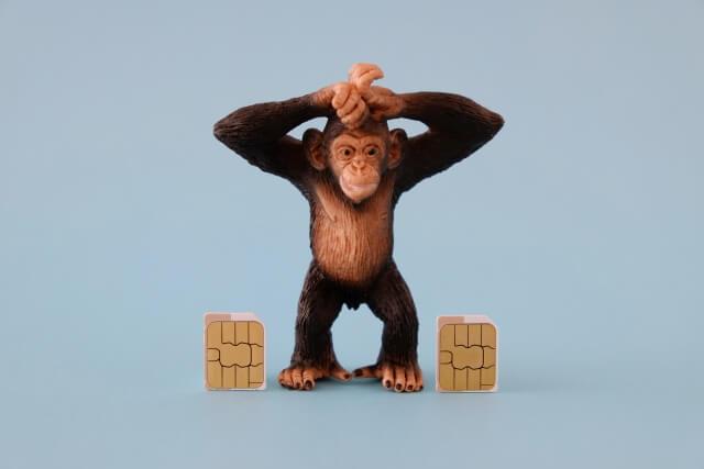 頭を抱えるチンパンジー人形