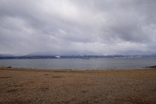 吉川の浜から望む比良山系