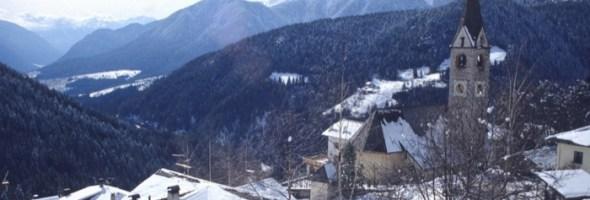 In Val d'Ultimo il mercatino di Natale, tra luci, folklore e i Vigili del Fuoco alla vendita degli alberi di Natale
