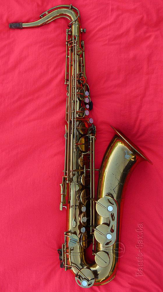 De Villers tenor saxophone, D&J, Dörfler & Jörka, German saxophone, vintage sax, gold sax red background