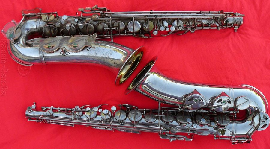 Klingsor tenors, tenor saxophones, silver, red background