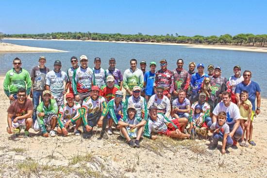 Grupo de participantes no Convívio solidário de pesca ao achigã