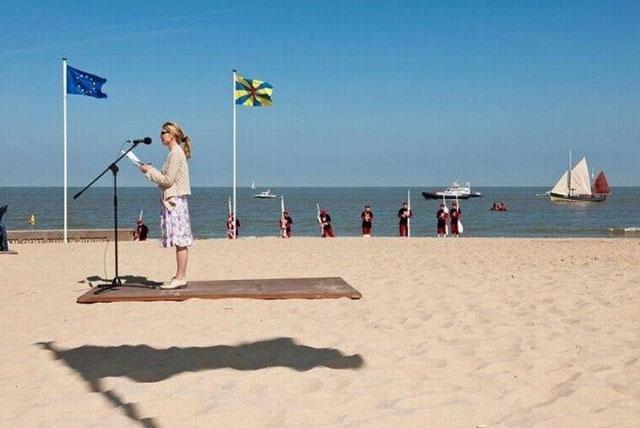 Signore e signori, la donna sul tappeto volante! O forse è solo l'ombra della bandiera???