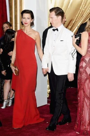 Benedict Cumberbatch e la moglie Sophie Hunter in Lanvin. Benedict punta sul bianco, forse sperando di ripetere ciò che è accaduto agli Oscar 2014. Vi ricordate come erano vestiti Matthew McConaughey e Jared Leto (rispettivamente miglior attore protagonista e miglior attore non protagonista nel 2014)? Entrambi con la giacca bianca. Porterà mica fortuna?