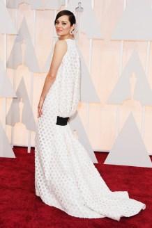 Marion Cotillard in Christian Dior Couture. Per me è un NO secco. La fascia nera, proprio sotto il sedere, non si può vedere Marion!