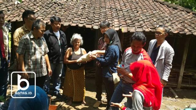 ©batas.id/reymond supriyanto/penyerahan paket bantuan kepada mbah suliyah, tanen, kismantoro