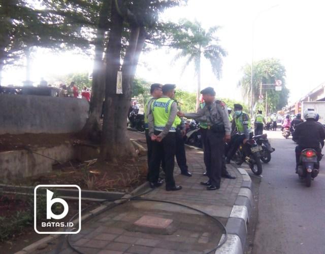 Polisi berjaga aksi Demonstrasi Pertamina Depo Plumpang, Foto Syamsul Mudrofin/batas.id