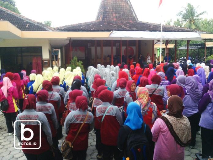 Peserta gerak jalan, dilepas oleh camat kismantoro di halaman pendopo kecamatan/foto gunawan wibisono/©batas.id