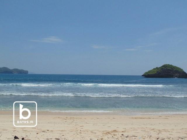 Pasir putih terhampar disepanjang pantai/foto : rudianto ©batas.id