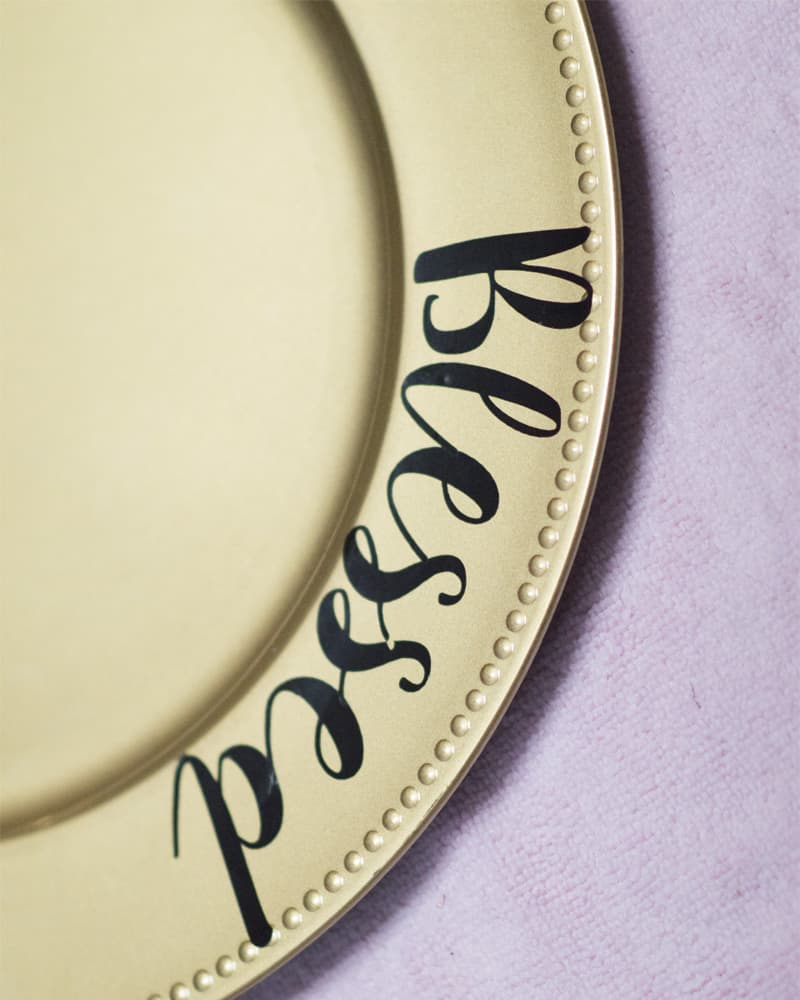 """This DIY Thanksgiving Plate Decorating idea is a must for any get together! Create your own set of """"Grateful Thankful Blessed"""" plates now! #thanksgivingdecorating #thankfulgratefulblessedcraft"""