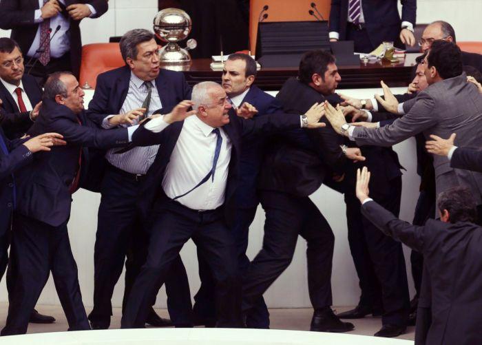 Sıkça görülen Türkiye Büyük Millet Meclisi kavgalarından yalnızca birisi