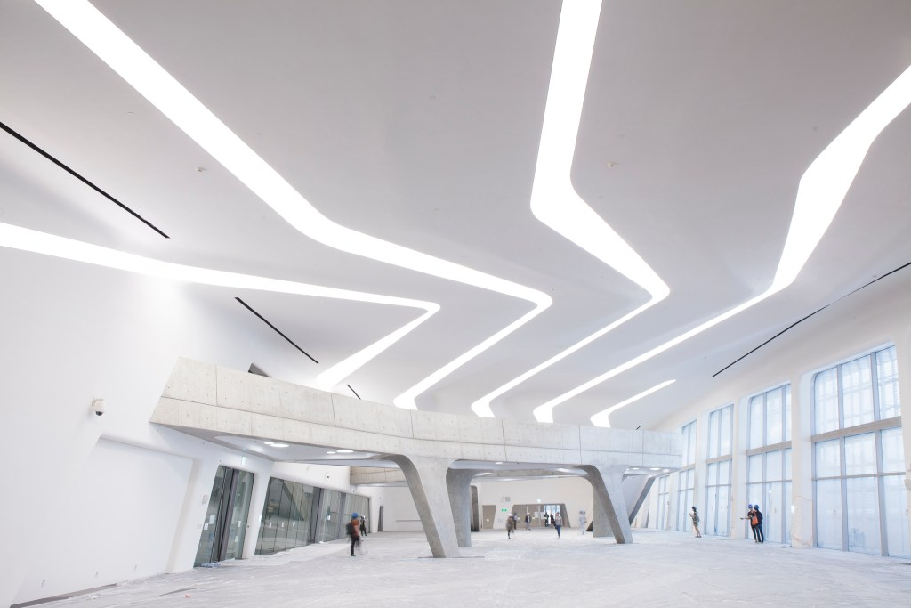 Dongdaemun Design Plaza(ddp) is one of the hotpoint of Seoul that every tourist of dweller in Seoul should have a visit to see the great design pieces.