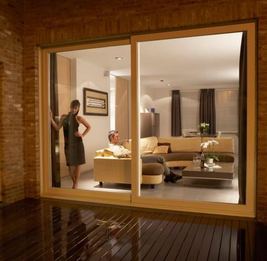 Fenêtre et grande porte en bois design