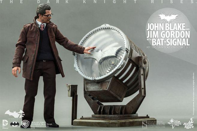 902303-john-blake-and-jim-gordon-with-bat-signal-004