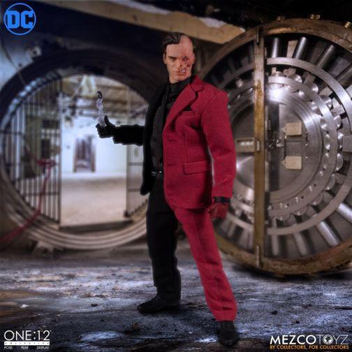 Mezco Toyz - Batman - Two-Face - 02
