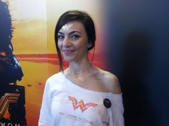 Ragazza immagine allo stand Warner Bros per promuovere il film Wonder Woman
