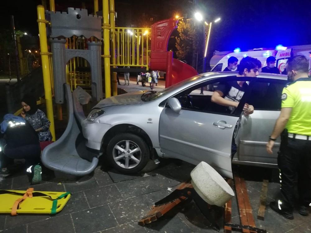 Batman'da otomobil çocuk parkına daldı: 3 yaralı
