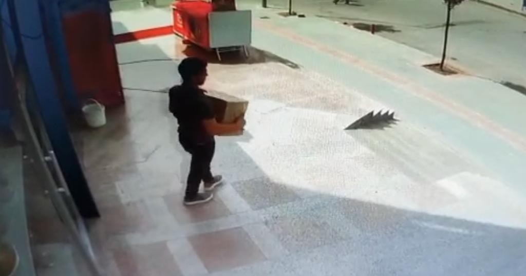 Tam kapanmayı fırsat bilen hırsız iş yeri önündeki paketi çalıp kayıplara karıştı