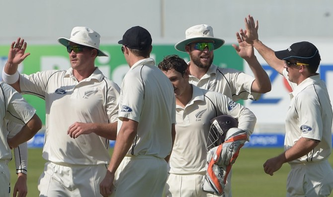 New Zealand remain on top after taking out Pakistan's top and middle order