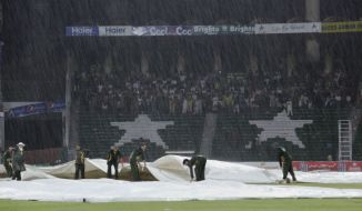Despite a floodlight failure and dust storm, it was the persistent rain that led to the match being abandoned