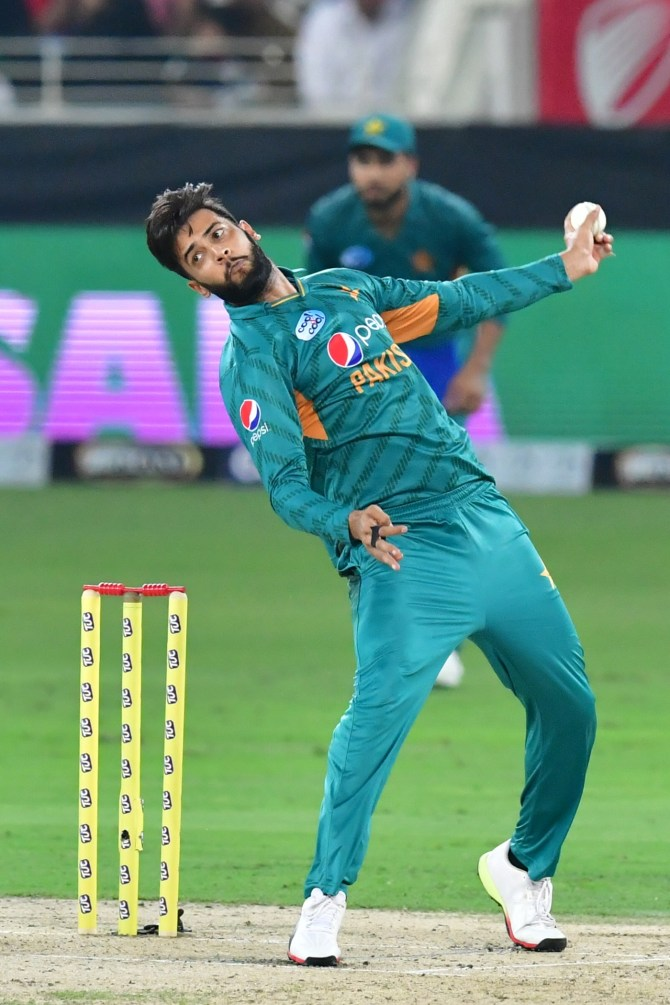 Imad Wasim injures right knee during training session, but unclear how serious the injury is and whether it will rule him out of the World Cup Pakistan cricket