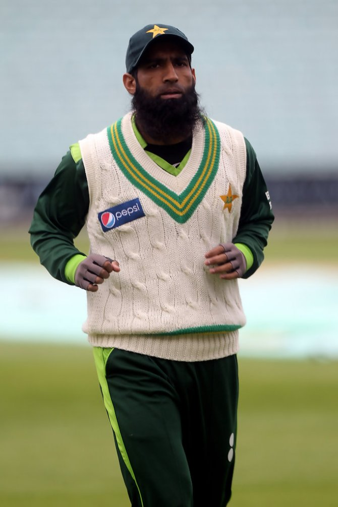 Mohammad Yousuf believes Pakistan will only qualify for the World Cup semi-finals if lightning strikes the Bangladesh team or they get bowled out for 10 runs cricket