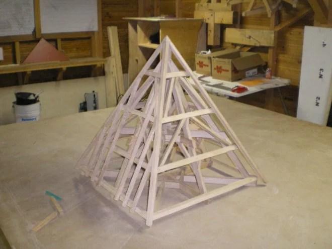 Maquette en bois pyramidale