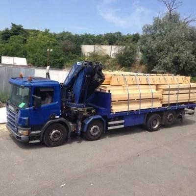 arrivee-bois-par-camion-construction