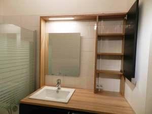 Meuble en bois sur mesure pour petite salle de bain artisan paris 75