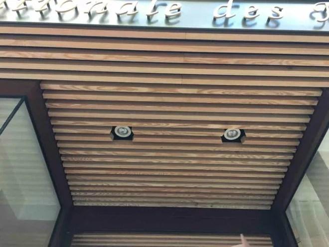 aménagement extérieur en bois d'une boutique paris