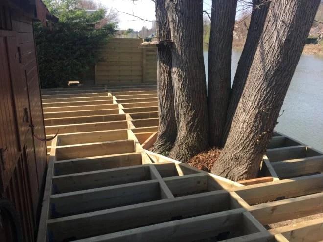 construction terrasse bois autour d'un arbre